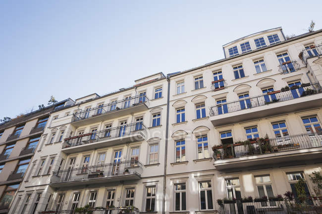 Germany, Berlin-Mitte, historical refurbished multi-family houses — Stock Photo