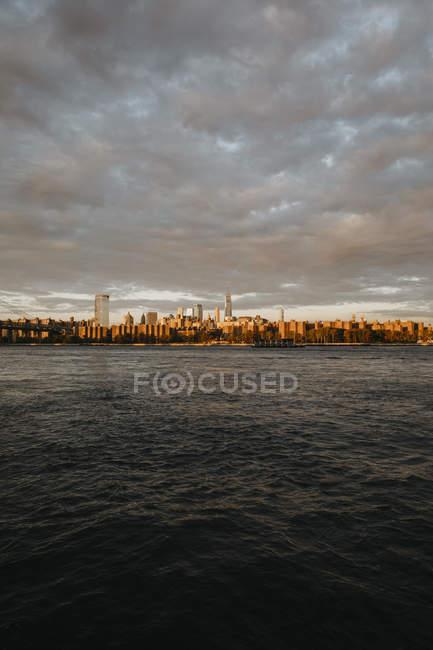 États-Unis, New York, New York City, Vue sur Brooklyn au lever du soleil — Photo de stock