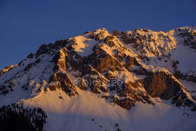 Австрія, Штирія, Рамзау, вид на Дахштайн гори взимку на світанку — стокове фото