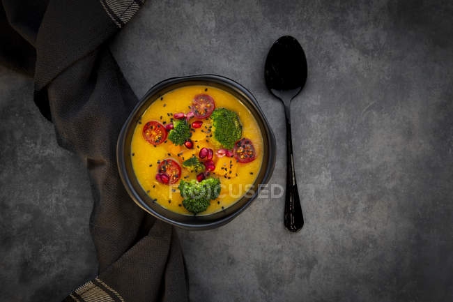 Pumpkin curry with brokkoi, hokaido pumpkin, tomato, pomegranate seed and black sesame in bowl — Stock Photo