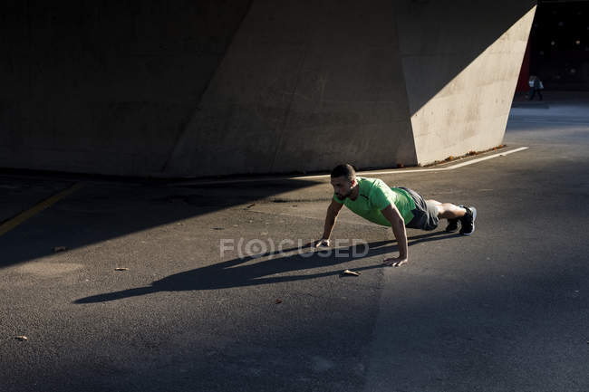 Sportive man during workout, pushup — Stock Photo