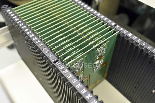 Primo piano delle schede in una fabbrica di elettronica — Foto stock
