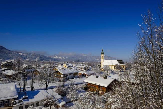 Германия, Isarwinkel, Lenggries, вид на приходскую церковь Sankt Jakob в зимний период — стоковое фото