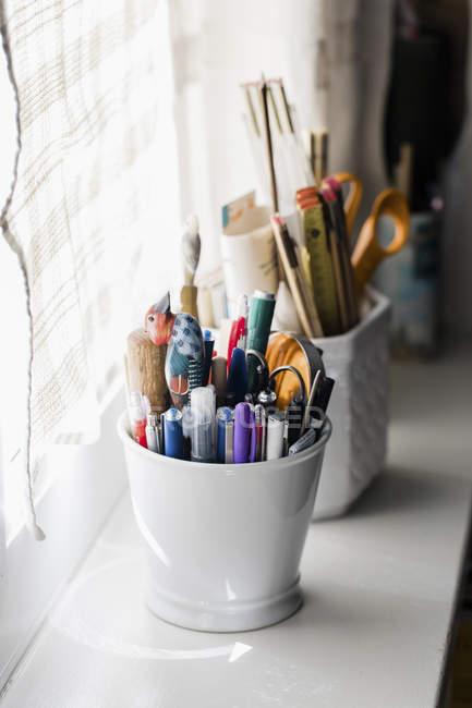 Lápis recolhidos no vaso no peitoril do indicador — Fotografia de Stock