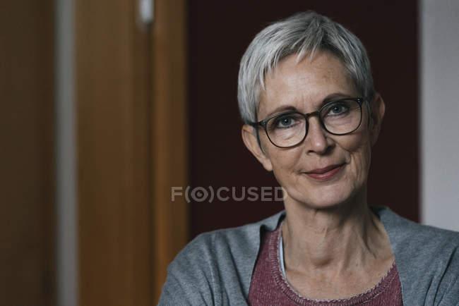 Portrait de femme mature confiante à la maison — Photo de stock