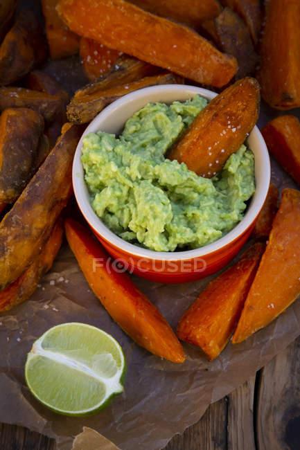 Süßkartoffelkeile mit Avocado-Dip — Stockfoto