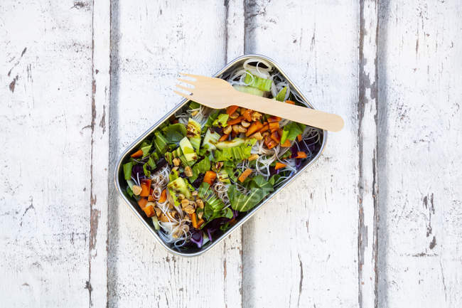 Lunch box, glass noodle salad with pak choi, carrot, red cabbage and — Stock Photo