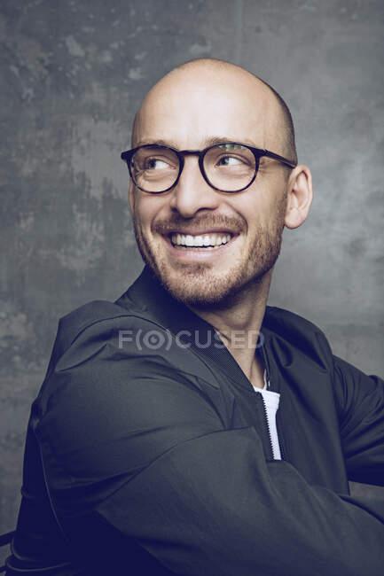 Retrato de um homem rindo com óculos — Fotografia de Stock