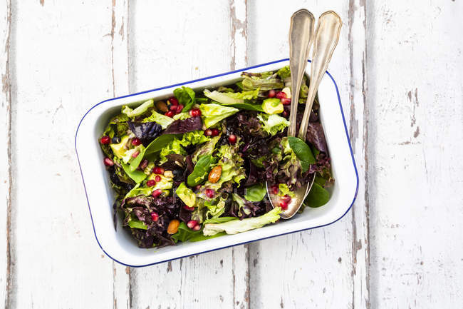 Bacia da salada do Detox com abacate, sementes da romã, feijões de soja roasted, sementes de girassol e porcas — Fotografia de Stock