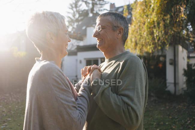 Feliz pareja de ancianos afectos en el jardín - foto de stock
