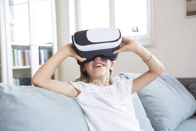 Fille en utilisant des lunettes de réalité virtuelle — Photo de stock