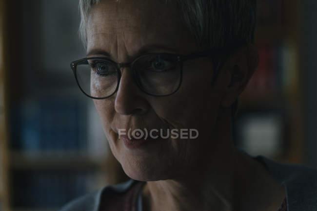 Porträt einer ernstzunehmenden reifen Frau zu Hause — Stockfoto