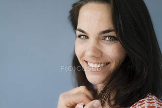Портрет красивой женщины, счастливо улыбающейся — стоковое фото