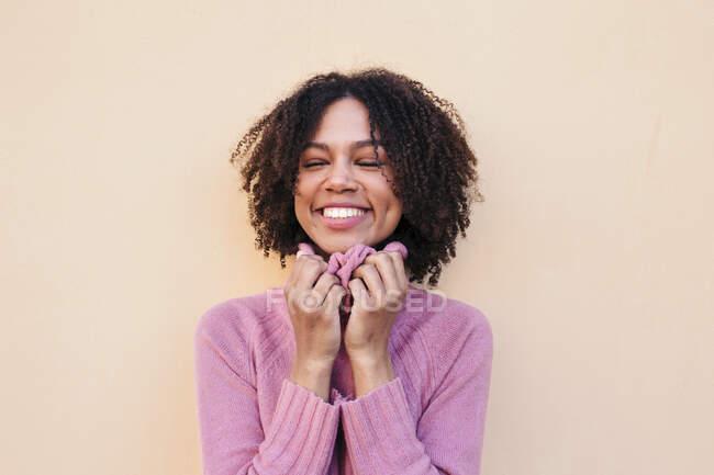 Ritratto di giovane donna felice che indossa pullover rosa — Foto stock