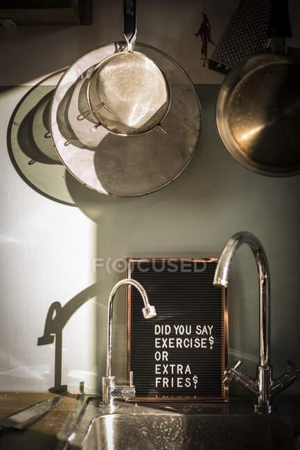 Доска со смешным текстом на кухне — стоковое фото
