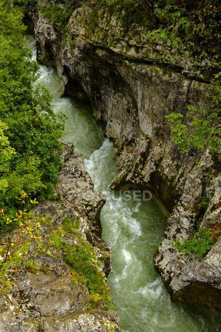 Словения, каньон Лепена-Рок, река Сока — стоковое фото