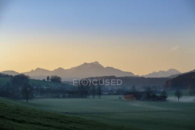Allemagne, Bavière, Haute-Bavière, Vue de Miesbach à Schliersee Mountains, Wendelstein au lever du soleil — Photo de stock