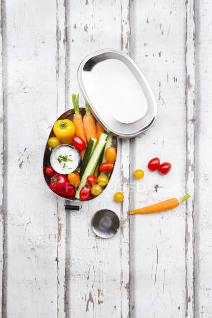 Lunch box with carrot, paprika, cucumber, tomato and chive dip — Stock Photo