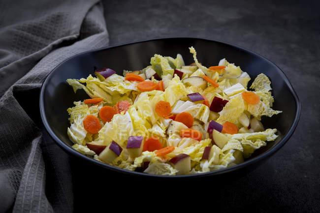 Wintersalat mit Chinakohl, Apfel und Karotte — Stockfoto