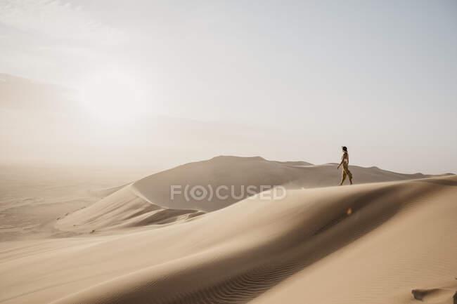 Namibie, Namib, femme sur une dune désertique regardant — Photo de stock