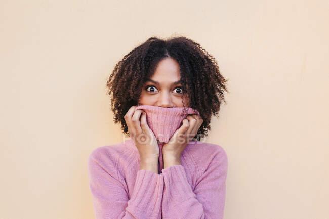Портрет молодой женщины в розовом пуловере — стоковое фото