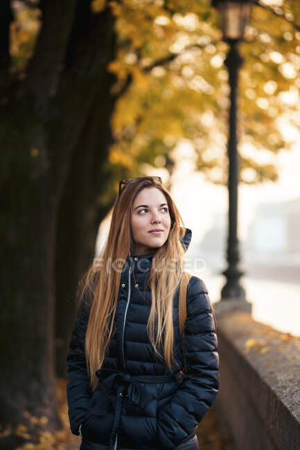 Italien, Verona, Porträt einer jungen Frau im Herbst — Stockfoto