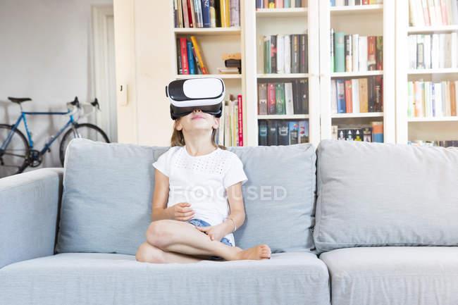 Девушка в очках виртуальной реальности — стоковое фото
