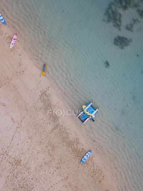 Indonesia, Bali, Nusa Dua spiaggia, Barca a vela, kayak e sup board in spiaggia — Foto stock