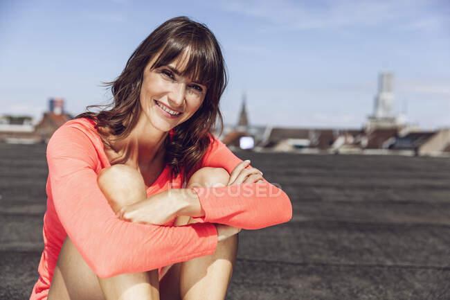 Mulher despreocupada sentada no terraço, sentada no terraço — Fotografia de Stock