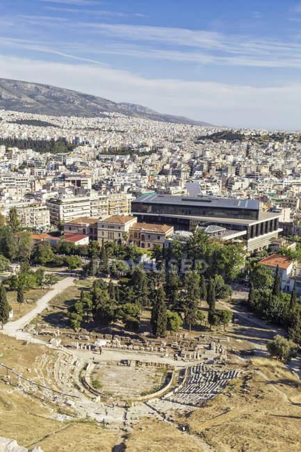 Греція, Афіни, вид на театр Діоніса і музей Акрополіс — стокове фото