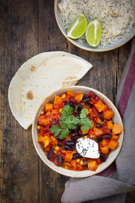 Ciotola di Chili sin Carne, riso e pane piatto — Foto stock
