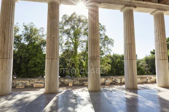 Греція, Афіни, стародавня Агора, сонячні промені між стовпами стоа (Attalos) — стокове фото