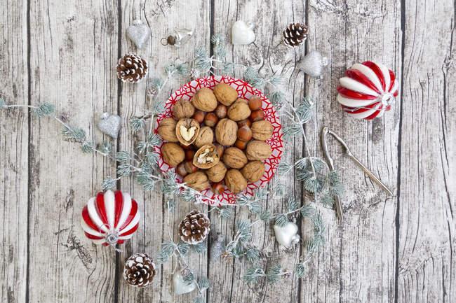 Nueces en un plato con decoración navideña, vista aérea - foto de stock