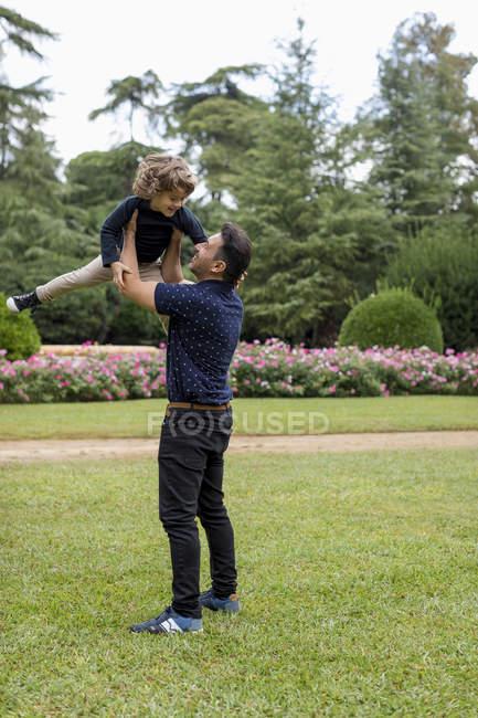 Père et fils jouant ensemble dans le parc — Photo de stock