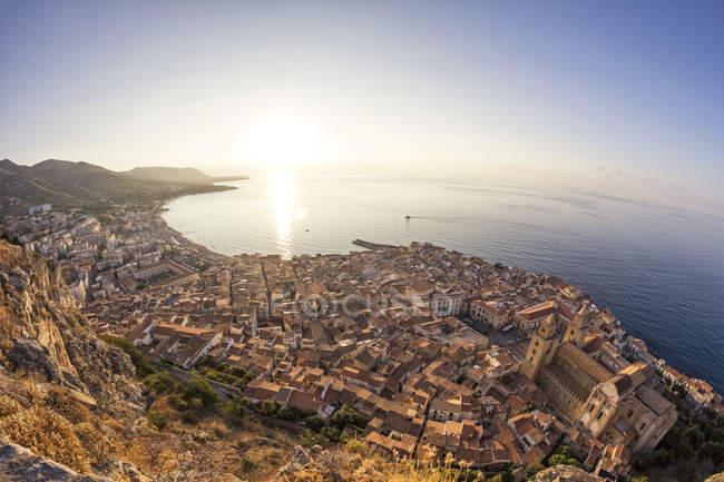 Sicília, Cefalu, vista à cidade velha de Cefalu, Catedral de Cefalu no nascer do sol, vista de Rocca di Cefalu — Fotografia de Stock
