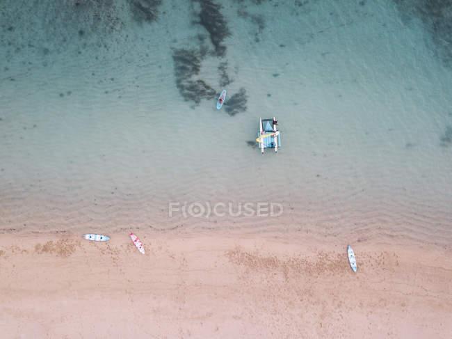 Indonesia, Bali, Spiaggia di Nusa Dua, Barca a vela, kayak e sup board in spiaggia — Foto stock