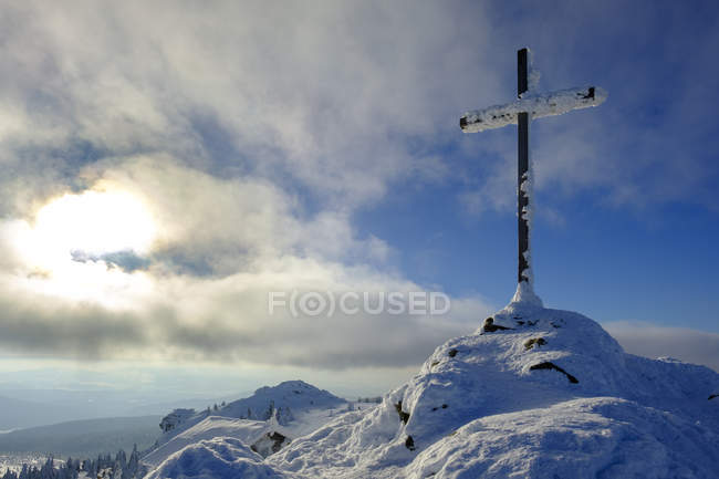 Германия, Бавария, Баварский лес зимой, Большой Арбер, заснеженный крест на высшем уровне — стоковое фото