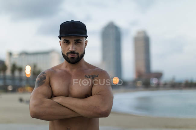 Portrait of barechested muscular man outdoors at dusk — Stock Photo
