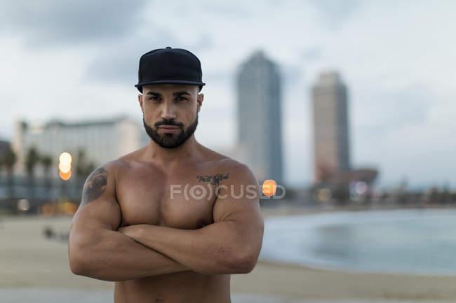 Портрет голого мускулистого человека на открытом воздухе в сумерках — стоковое фото