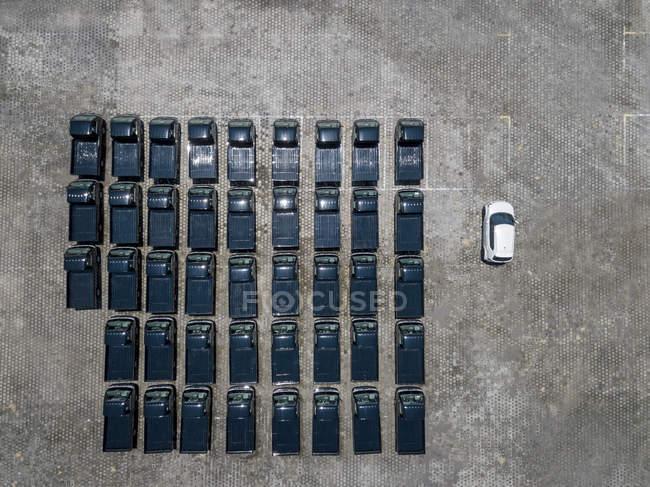 Indonesien, Bali, Luftaufnahme des Parkplatzes, ein weißes Auto neben schwarz — Stockfoto