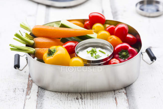 Lunch box with carrot, paprika, cucumber, tomato and chive dip — Foto stock