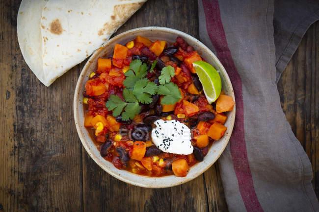 Ciotola di Chili sin Carne e pane piatto — Foto stock