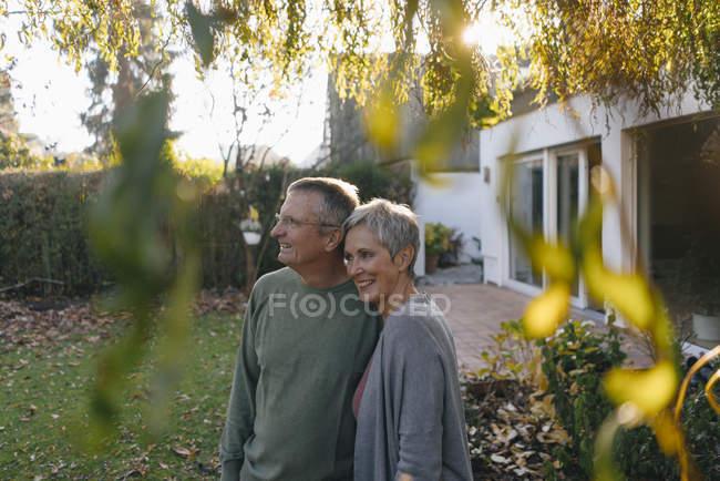 Щасливе подружжя старших у саду. — стокове фото