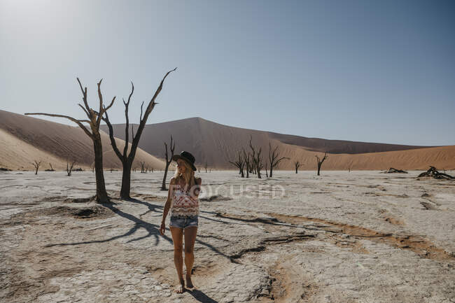 Namibia, Namib desert, Namib-Naukluft National Park, Sossusvlei, woman walking in Deadvlei — Stock Photo