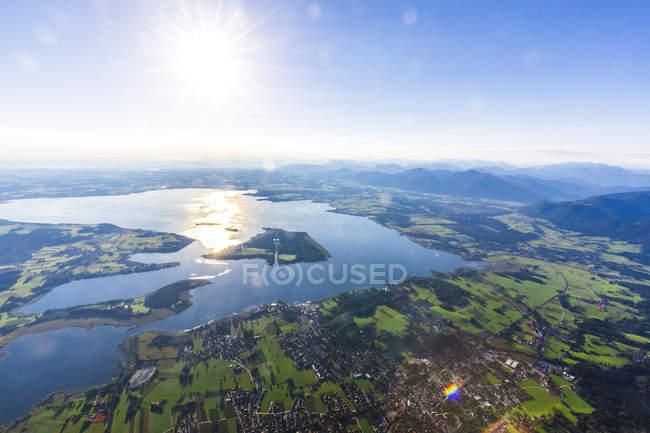 Allemagne, Bavière, Chiemgau, Vue aérienne du lac Chiemsee — Photo de stock