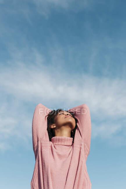 Rilassata giovane donna indossa rosa collo alto pullover godendo di aria fresca — Foto stock