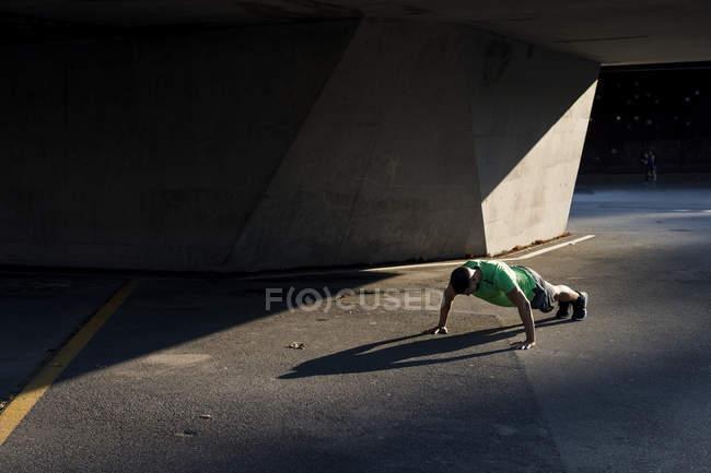 Sportive man during workout, pushup — Stock Photo