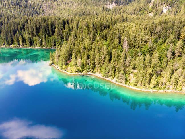 Италия, Трентино, Южный Рим, Нон-Вэлли, вид с воздуха на озеро Тувель летом — стоковое фото