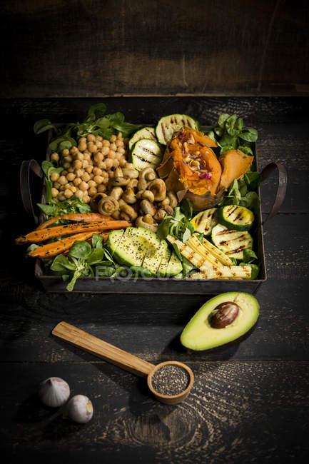 Varias verduras, lechuga de cordero, chía, piñones y ajo - foto de stock