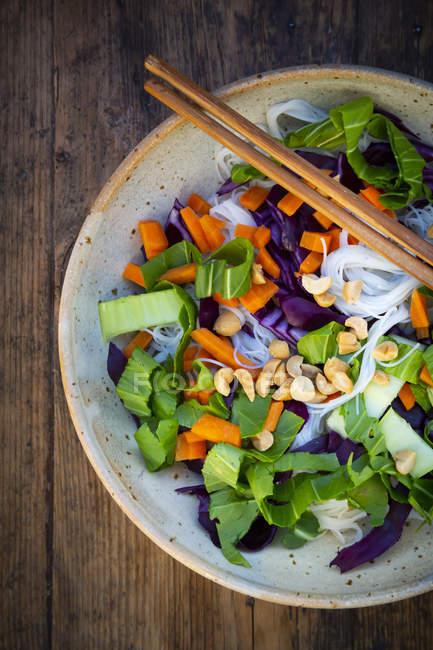 Скляний локшина салат з Пак Чой, морква, Червона капуста і арахіс, зверху — стокове фото